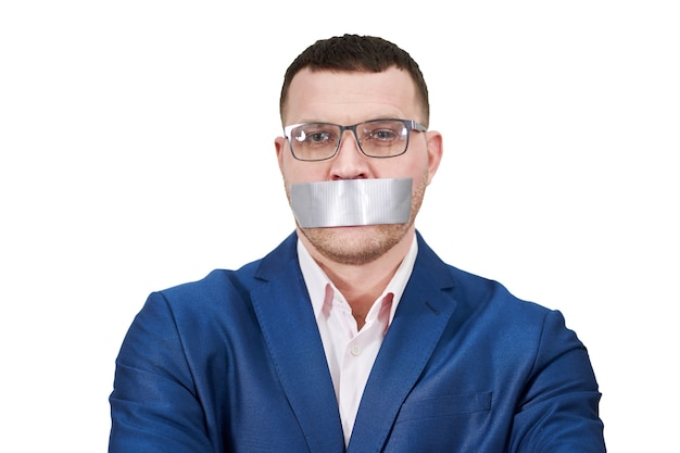 De mens heeft een groot stuk zwarte industriële tape over zijn mond, geïsoleerd stilte-concept