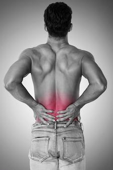 De mens heeft last van enorme rugpijn