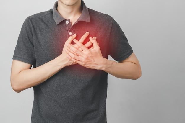 De mens heeft pijn op de borst die lijdt aan een hartaandoening