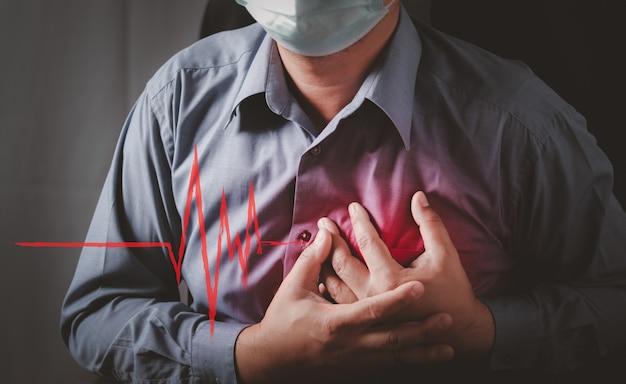 De mens heeft pijn op de borst veroorzaakt door een hartaandoening