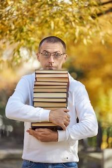 De mens heeft veel boeken in zijn handen
