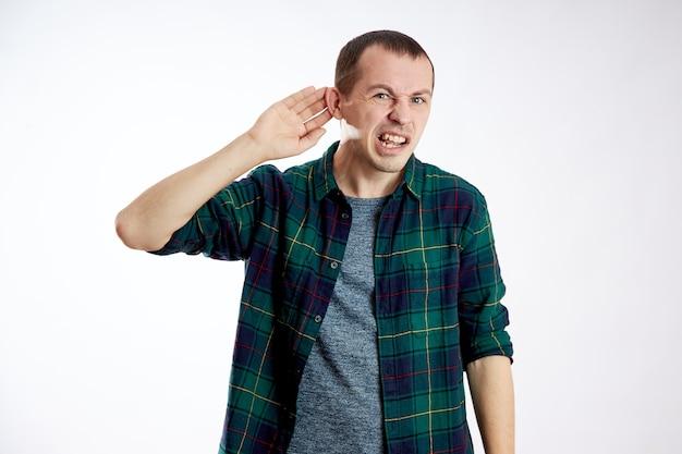 De mens hoort niet goed, maakt gebaren met zijn handen Premium Foto