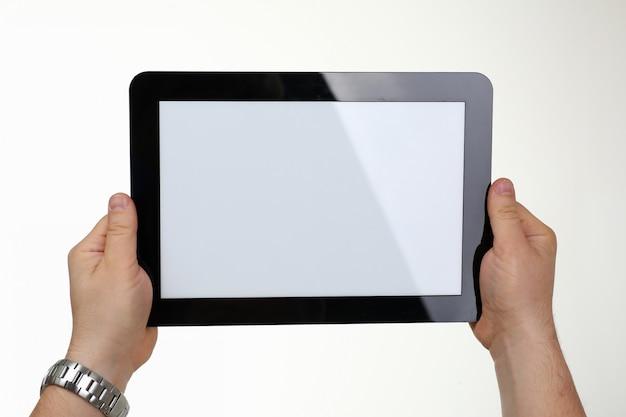 De mens houdt digitale tablet in studio