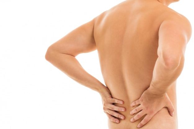 De mens houdt zijn rug vast vanwege pijn
