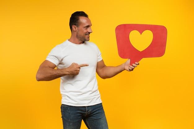 De mens is blij omdat hij harten ontvangt op de sociale netwerkapplicatie