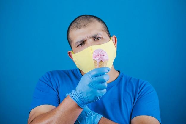 De mens is boos omdat het masker hem niet het ijs laat eten