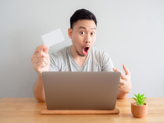 De mens is gelukkig gebruikend creditcard voor digitale betaling.