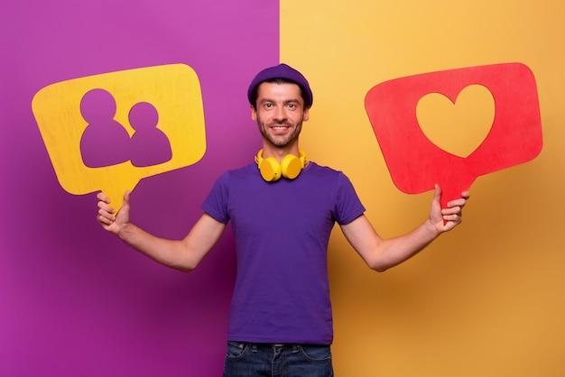 De mens is gelukkig omdat hij harten en nieuwe vrienden ontvangt van een sociaal netwerk. violette en gele achtergrond