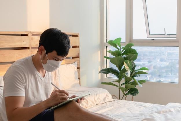 De mens is in een onlinevergadering in concept van werk vanuit huis.