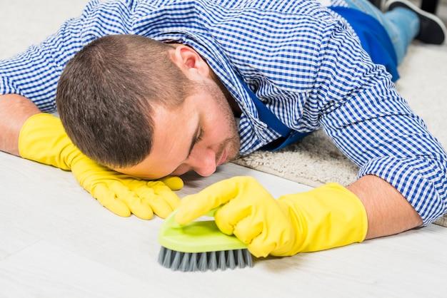 De mens is moe van het schoonmaken