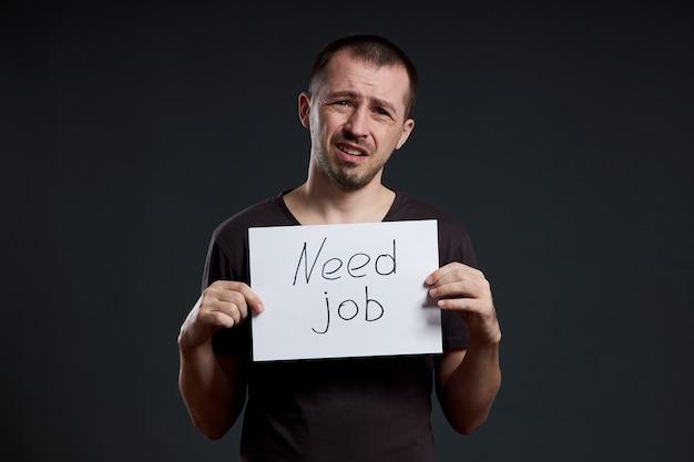De mens is op zoek naar werk, werkloosheid en crisis. verschillende emoties op het gezicht, een teken in de handen