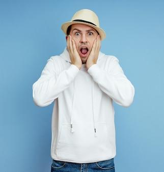 De mens is verrast en roept, angst en verrassing