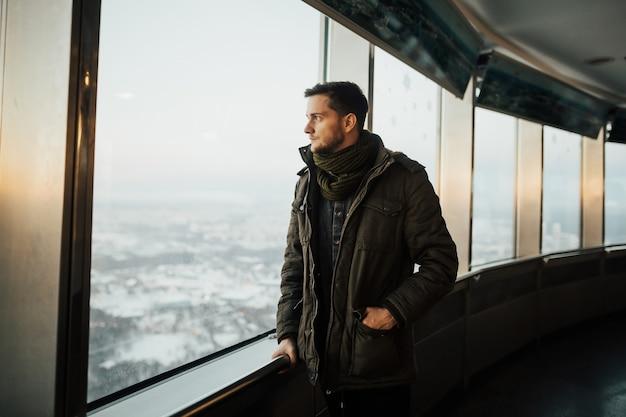 De mens kijkt naar het panorama van een enorme stad