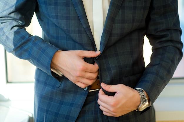 De mens kleedde zich in formele slijtage, sluit omhoog mening van elegante mensenkleding voor huwelijk