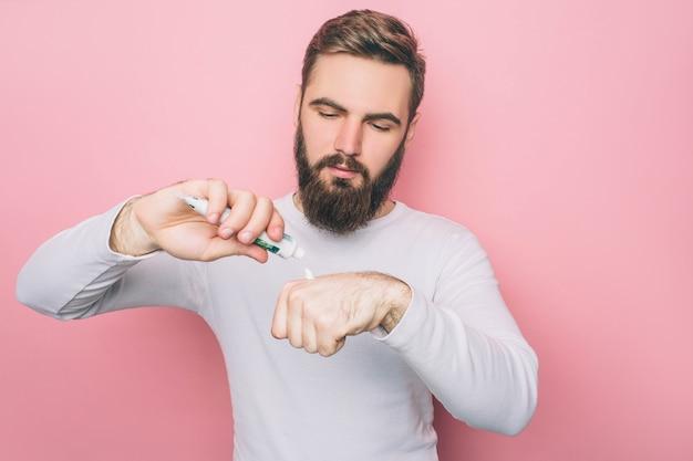 De mens legt wat tandpasta op de hand