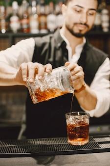 De mens maakt een cocktail