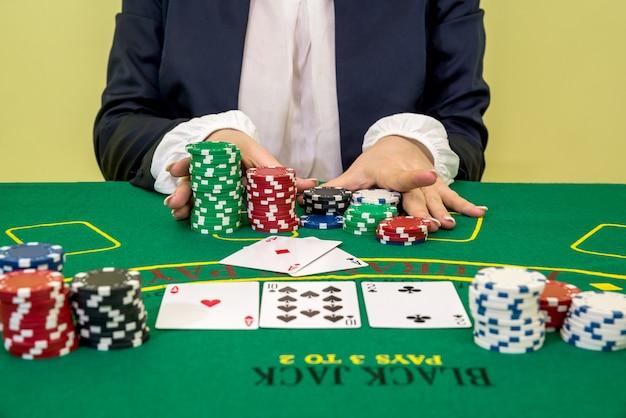 De mens maakt een weddenschap en zet een chip in het casino