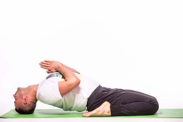 De mens maakt yoga die over witte achtergrond wordt geïsoleerd