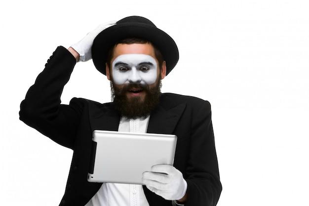 De mens met een gezicht bootst het werken aan laptop na