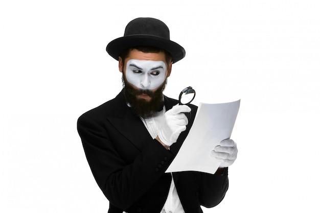 De mens met een gezicht bootst lezing door vergrootglas na