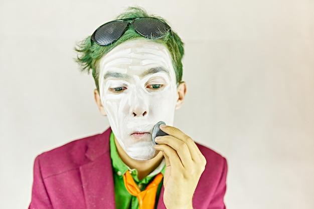 De mens past make-up toe.