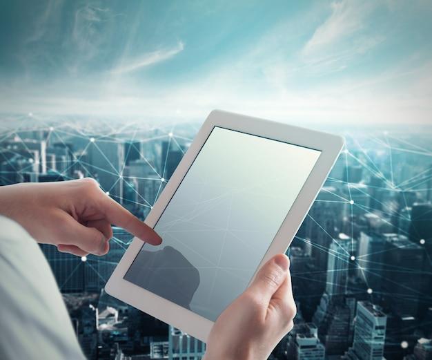 De mens raakt de tablet aan met een net van onderling verbonden bollen. systeem van netwerk