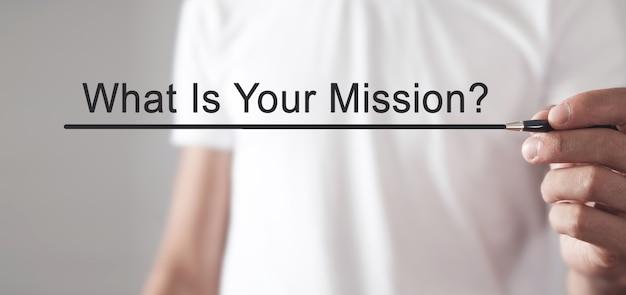 De mens schrijft wat is uw missie? tekst in scherm.