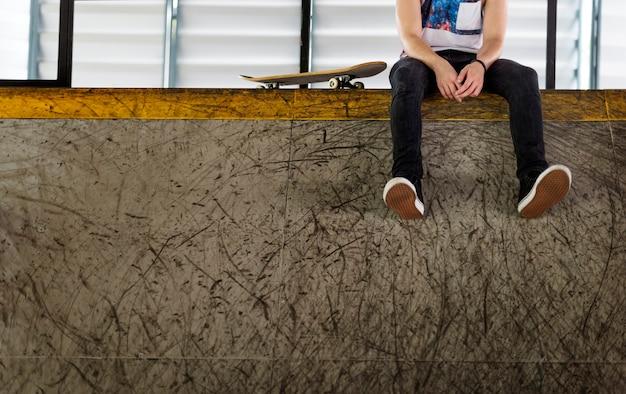 De mens skateboarder lifestyle ontspant hipster concept
