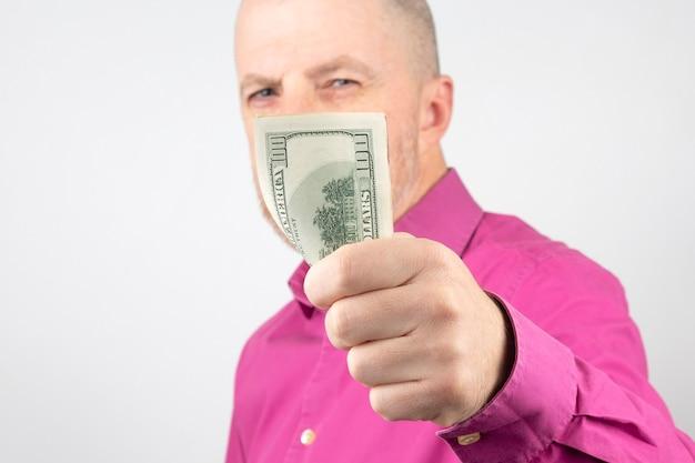 De mens steekt zijn hand met geld uit