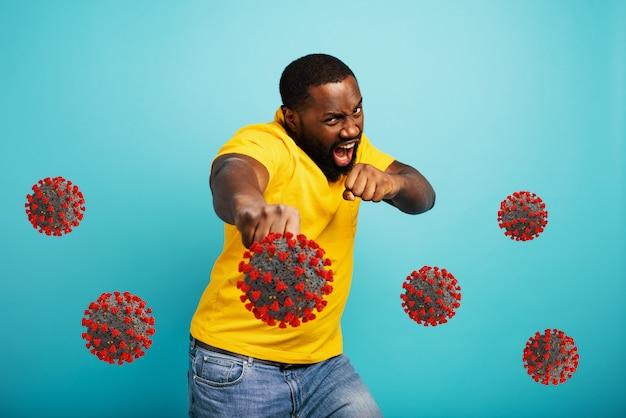 De mens valt met een klap het covid 19 coronavirus aan.