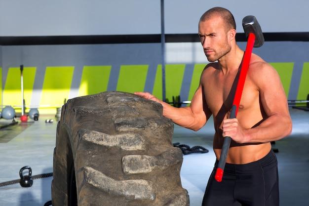 De mens van de de sleehamer van crossfit bij ontspannen gymnastiek