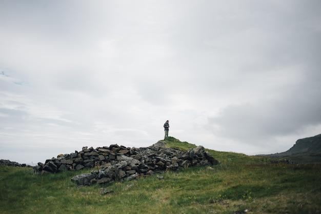 De mens verkent het traditionele ijslandse landschap