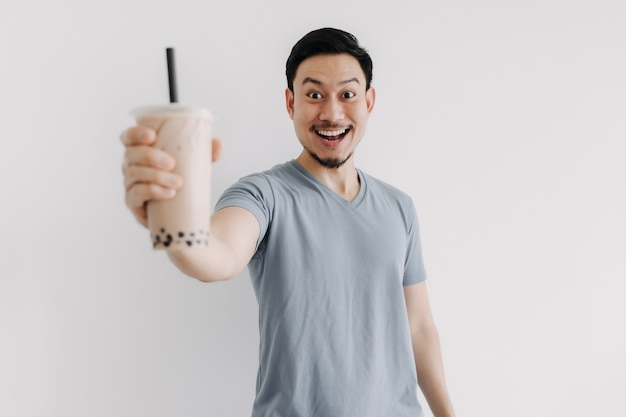 De mens voelt zich gelukkig met zijn boba-thee die op witte achtergrond wordt geïsoleerd