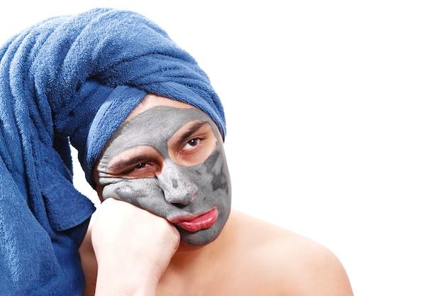 De mens wacht tot het masker op de huid is opgedroogd