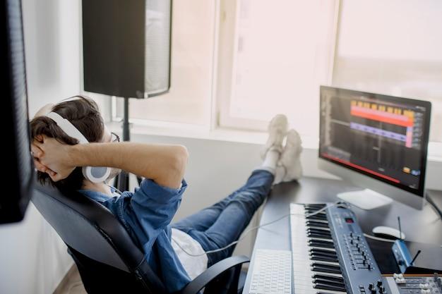 De mens werkt aan correcte mixer in opnamestudio of dj werkt in omroepstudio. de muziekindustrie.