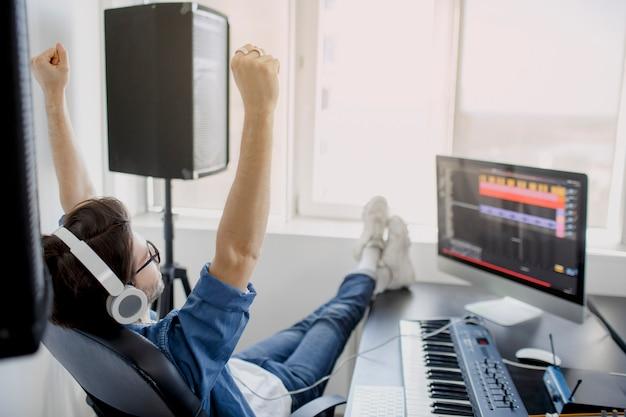 De mens werkt aan correcte mixer in opnamestudio