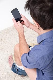 De mens werkt met digitale tablet in toiletruimte.