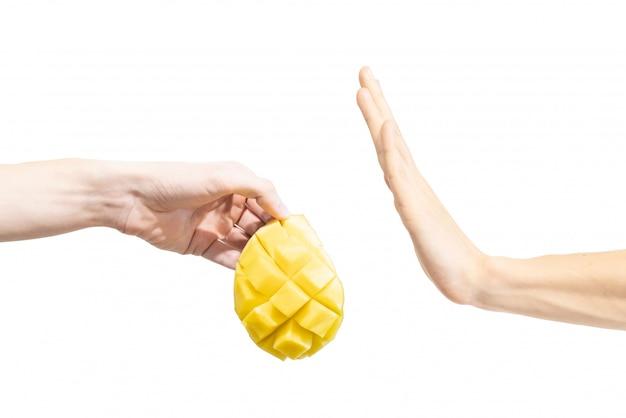 De mens zegt nee tegen mango.