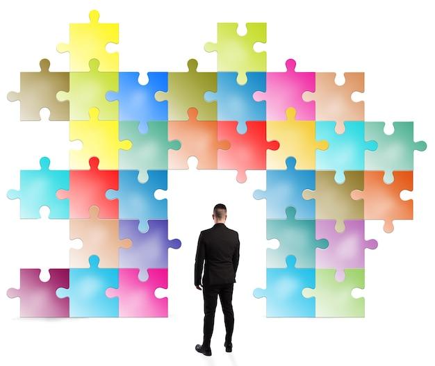 De mens ziet eruit als een puzzel die is opgebouwd uit gekleurde stukjes