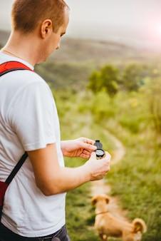 De mens zoekt richting met het kompas