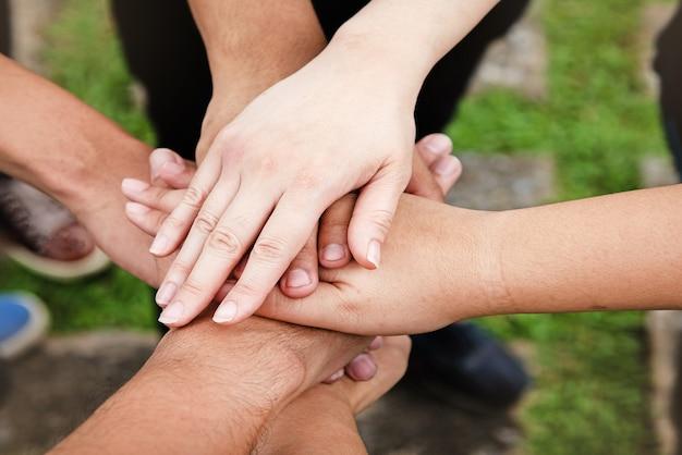 De menselijke hand raakt elkaar, teamwork concept