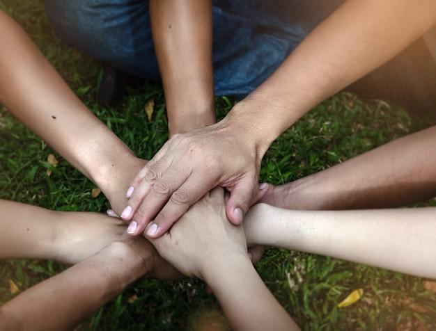 De menselijke handen op elkaar gestapeld, teken en symbool van macht