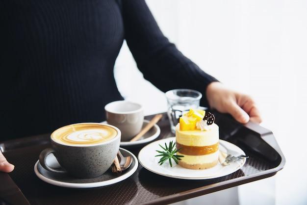 De mensen dienen de mooie verse reeks van de de ochtendkoffiekop van de ochtend