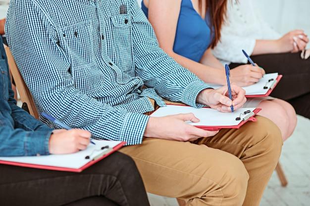 De mensen op business meeting in de conferentiezaal.