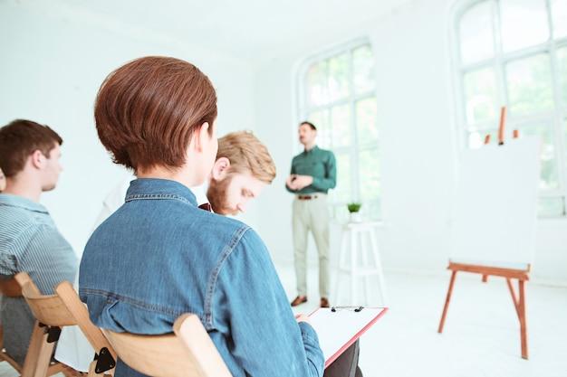 De mensen op zakelijke bijeenkomst in de conferentiezaal.