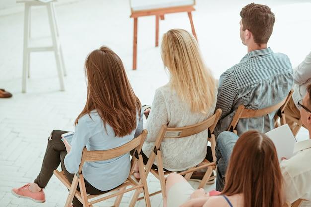 De mensen op zakelijke bijeenkomst in de lege conferentiezaal. bedrijfs- en ondernemerschap concept.