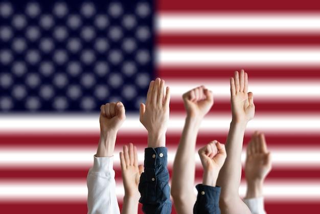 De mensen stemmen met opgeheven handen in het land van de vs