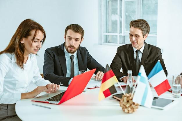 De mensen uit het bedrijfsleven samen te werken aan tafel.