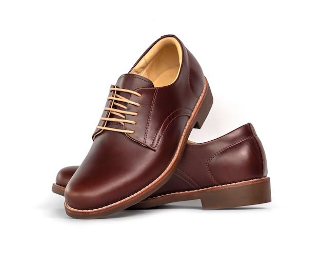 De mensen vormen leer bruine schoenen die op wit worden geïsoleerd.