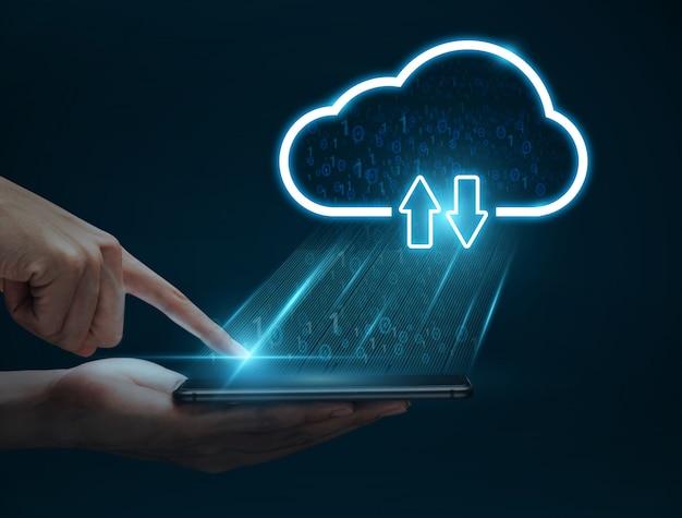 De mensenhand die smartphone gebruiken verbindt met wolk voor overdrachtgegevens